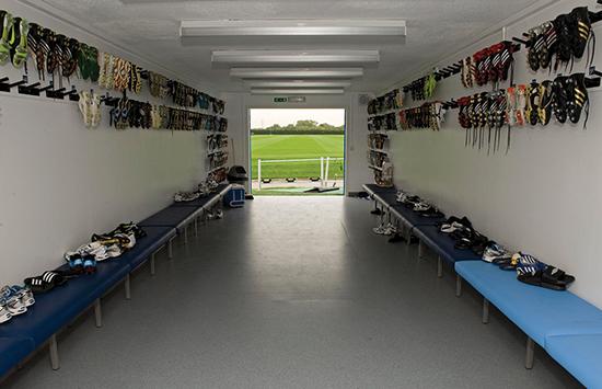 Garderoben ved treningsfeltet holder en ordinær standard. Og det er helt bevisst: Manchester City ønsker å bruke penger der de kan få valuta for investeringen.