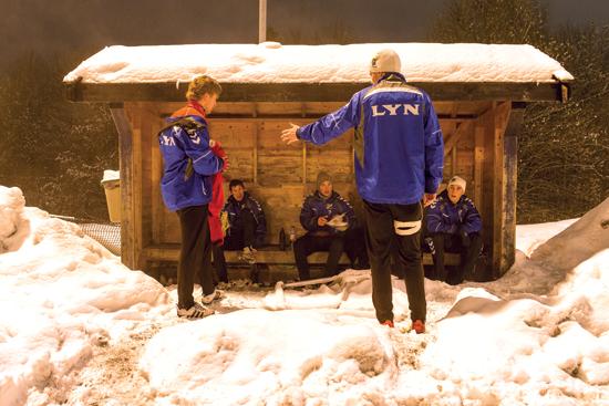 I kuldeperioden i januar måtte Lyn trekke innendørs og trene i Manglerudhallen. Da temperaturen ble litt mer levelig, var det igjen vintertrening ute. Trener Finn Bredo Olsen gir instruksjoner til dem som har funnet den ene snøfrie plassen på Kringsjå.