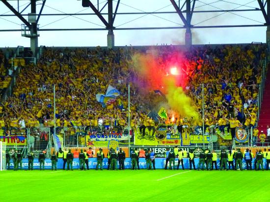 Det entusiastiske publikummet til Eintracht braunschweig har grunn til å feire – denne sesongen endte med opprykk til 1. bundesliga.