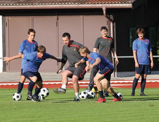 Nederlenderen har jobbet tett med Guus Hiddink for flere landslag. Her en øvelse med Russlands Andrei Arsjavin og Roman