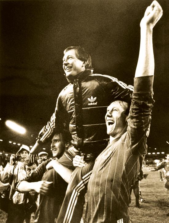 Peter weir (venstre), Alex Ferguson, Doug Rougvie (høyre) etter finalen i den europeiske cupvinnercupen mellom Aberdeen og Real Madrid. Aberdeen vant 2-1 (1983).