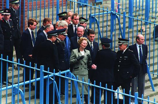 Statsminister Margarat thatcher dro til Hillsborough dagen etter tragedien og ble briefet om hva som hadde skjedd av Chief super- intendent David Duckenfield (med ryggen til).