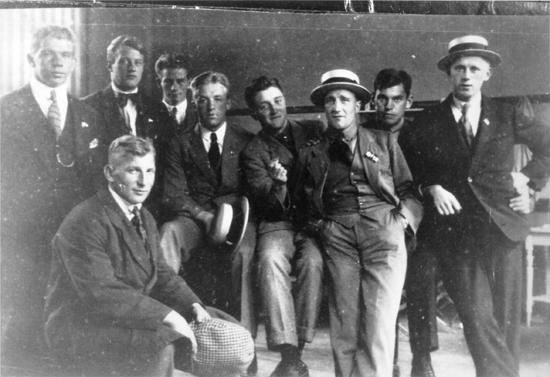 Cupmester med Sarpsborg 1917. Lagkaptein Asbjørn Halvorsen nummer tre fra høyre.