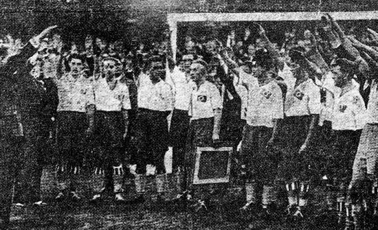 Avskjedskampen i 1933. Halvorsen hylles av spillere og publikum. Han beholder armene rolig langs siden.