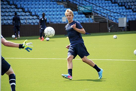 Etter den offisielle treningen med a-laget til Strømsgodset, står han igjen og trener avslutninger. Flere ganger på rad plasserer han ballen lekkert i det lengste hjørnet.