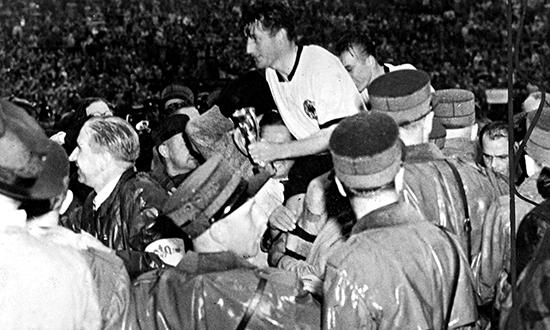 Da Tyskland vant VM i 1954 ble det funnet sprøyter i garderoben deres etter kampen. Laglegen hevdet at spillerne hadde fått injeksjoner av vitamin C.