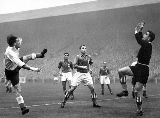 Det var i bortekampen mot England på Highbury stadion at Jugoslavias målvakt Vladimir Beara fikk sitt internasjonale gjennombrudd.