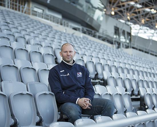 Alle islandske barn får profesjonelle trenere fra de starter på fotball. Vi har ingen fotballpappaer her, sier Arnar Bill Gunnarsson, sjef for trenerutdanningen i det islandske fotballforbundet.