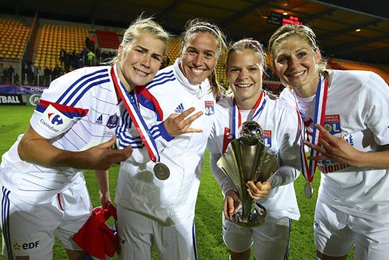 Ada, som ble toppscorer i turneringen, feirer cuptriumfen med lagkameratene Camille Abily, Eugénie Le Sommer og Corine Petit.