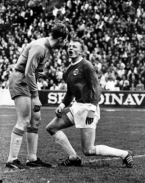Årets bilde i 1968. – Ditt førbainna kveithau! Sveriges keeperlegende Ronney Pettersson var en av mange som fikk klokkeklar melding fra Ivers.