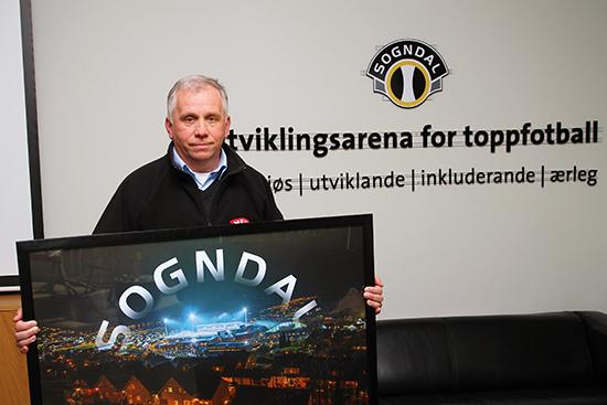 Rolf Navarsete spilte på Sogndal-laget som kom til cupfinalen i 1976. Han er en entreprenør og forretningsmann, og har blitt omtalt som «det nærmeste vi kommer en gudfar» i Sogndal. Sammen med Yngve Hallén jobbet han for utviklingen av Fosshaugane Campus, som har kostet totalt 1,3 milliarder kroner.