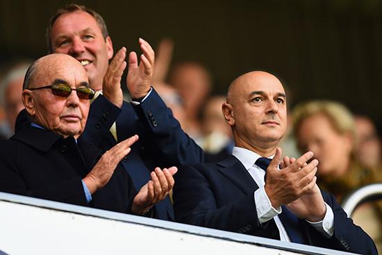 Tottenhams mektige styreformann Daniel Levy (til høyre) er berømt og beryktet for sine forretningsinstinkter. Men det er Bahamas-baserte Joe Lewis (venstre) som er majoritetseier i klubben.