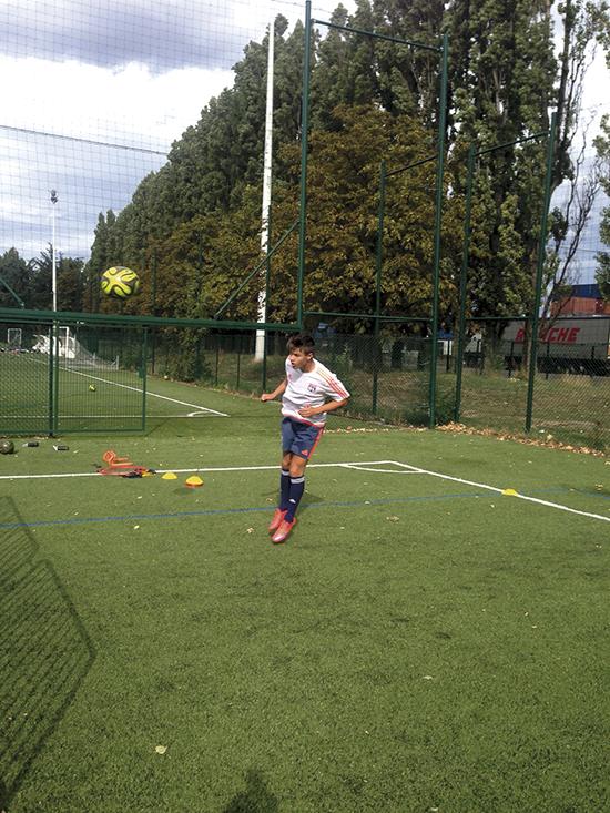 16 år gamle Tord Salte trener headinger på egenhånd i Lyon. Der bor han nå på akademiet, og det første året hans i klubben skal han bare spille fotball og ta franskkurs.