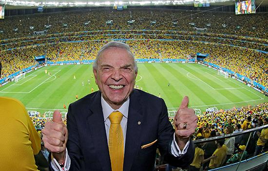 Her gliser den tidligere fotballpresidenten i Brasil, José Maria Marin, under VM i fjor. Nå er han neppe like blid der han også sitter fengslet i Sveits i påvente av utlevering.