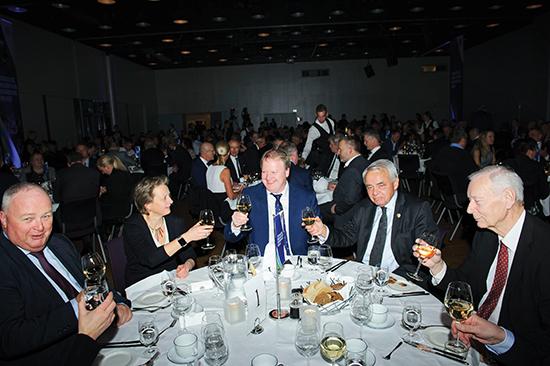 La Famiglia: Hallén flankert av Uefa-styremedlem Karen Espelund og norsk fotballs Grand Old Man – «Gudfaren»  Per Ravn Omdal.