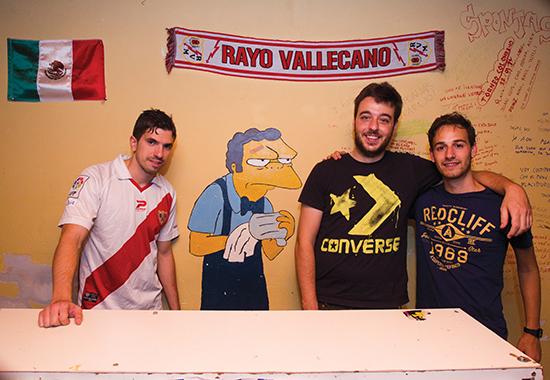 Rayo-fansen har sterke meninger om mer enn fotball. De protesterer mot griske klubbeiere, politisk korrupsjon, kjønnsdiskriminering, sosiale fordommer, og andre ting de mener er feil med samfunnet. Demonstrasjonene er ofte morsomme og kreative.