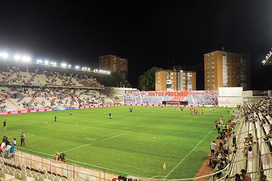 Campo de Fútbol de Vallecas har vært Rayos hjemmebane siden 1976, og ligger så nærme nabolagets boligblokker at den kun har tre tribuner.
