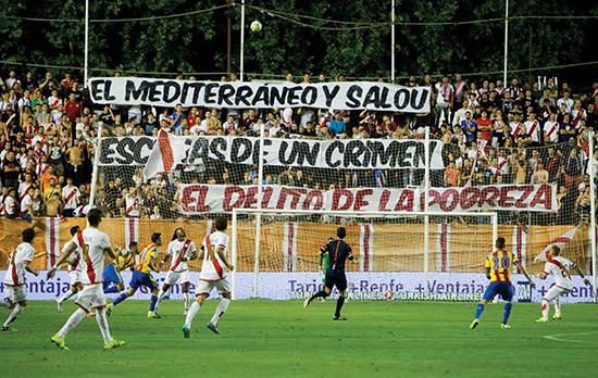 Rayo-fansen er ikke fremmed for å vise solidariske meldinger om politiske hendelser. Denne handler om en episode i kystbyen Salou og flyktningkrisen rundt Middelhavet.