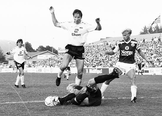 Kåre Ingebrigtsen (i bakgrunnen) ble hentet hjem til Rosenborg fra Frigg før 1988-sesongen, da gullalderen begynte. Her rydder Ola By Rise og Trond Sollied opp i en kamp mot Strømsgodset.