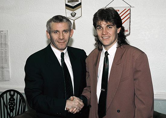 Manchester City-manager Peter Reid ønsker Kåre Ingrbrigtsen velkommen. 8. januar 1994 scoret Ingebrigtsen hat-trick i FA-cupkampen mot Leicester. Tiden i England ble lærerik, men med motsatt fortegn av det han lærte av Nils Arne Eggen.
