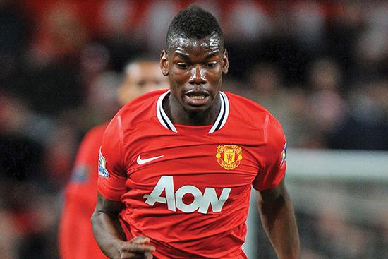 Manchester United-fans river seg fortsatt i håret over at de lot Paul Pogba gå gratis i 2012. Klubben har de siste årene slitt med å finne en overbevisende midtbanespiller.