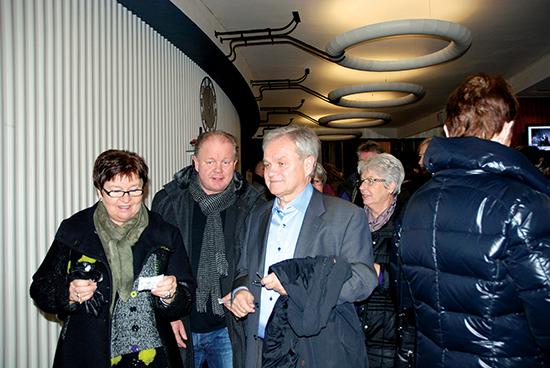 Per-Mathias Høgmo og Ivar Listerud er gode venner, her på en teaterpremiere i 2013. Sistnevnte var administrerende direktør i Rygge-Vaaler Sparebank da Høgmo solgte huset i Gratangen til Teambuilding Norge AS. Foto Jon Gran/Moss-Avis
