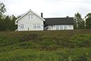 Dette huset i Gratangen solgte Per-Mathias Høgmo til sitt eget selskap for 2 450 000 kroner. Da det ble lagt ut for salg to år senere, var kjøpesummen 700 000 kroner.
