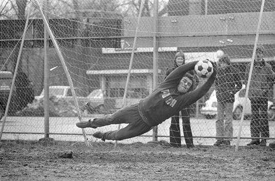 I Ajax på 1960-tallet ble keeperens rolle svært sentral. Laget presset høyt, og det krevde en keeper som kunne sprinte ut av feltet og avverge motangrep når motstanderen slo ballen i bakrom. Heinz Stuy hadde denne rollen.