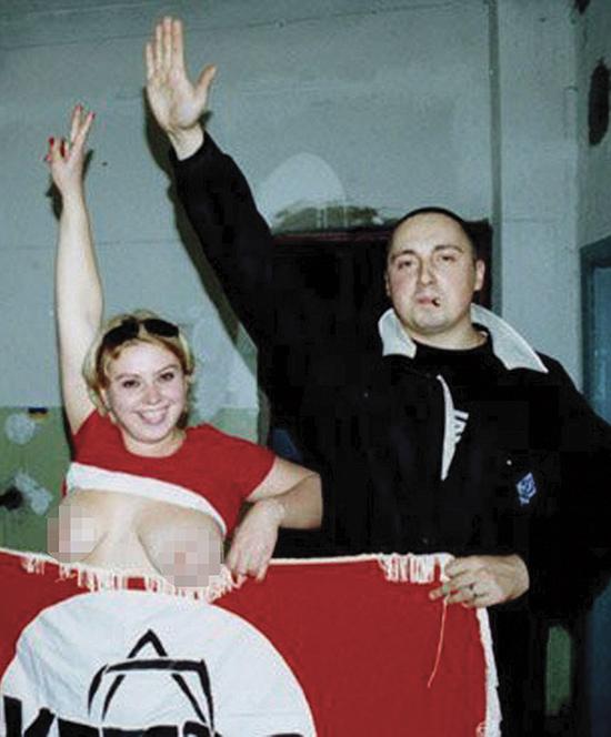 Aleksandr Sjprygin viser, med høyrearmen, hvor han står i det politiske landskapet. Han er tidligere leder for hooligangruppen til Dinamo Moskva. Han var del av den offisielle delegasjonen til det russiske forbundet som besøkte Frankrike i forkant av EM.
