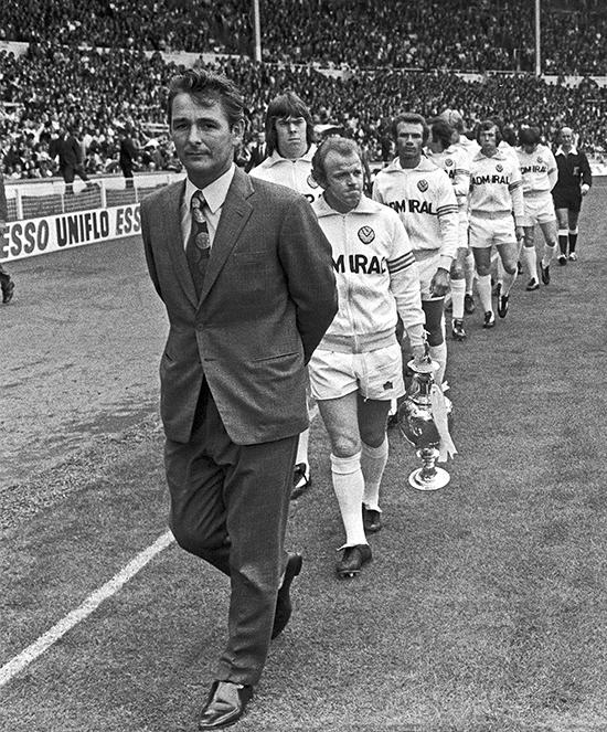 Brian Clough leder Leeds ut i Charity Shield-kamp mot Liverpool i 1974. Laget var seriemestere, noe som ga Clough muligheten til å være med å kjempe om det gjeveste trofeet – europacupen for serievinnere. Men Clough fikk sparken etter 44 dager i Leeds, og ledet aldri laget i en europacupkamp.