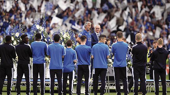Et av de vakreste og mest surrealistiske synene i moderne toppfotball: Andrea Bocelli holder minikonsert for å hylle PL-mesterne Leicester City.